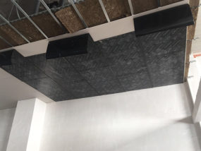 Ejecución de sistema de falso techo acústico.