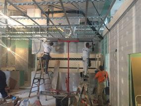 Instalación de falso techo decorativo, suspendido sobre techo acústico.