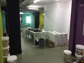 Montaje de elementos de mobiliario nuevos para las aulas, salas y despachos.