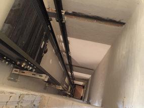 Instalación de sistema de poleas, guiado y pesas, sobre hueco revestido.