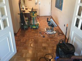 Acuchillado y tratamiento de pavimento de listones de madera natural.