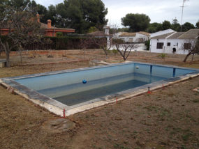 Estado inicial de la piscina y ajardinamiento de la parcela.
