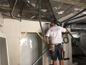 Instalación de falso techo de cartón yeso con perfil sierra.