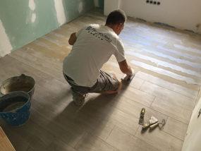 Instalación de pavimento porcelánico imitación de madera.